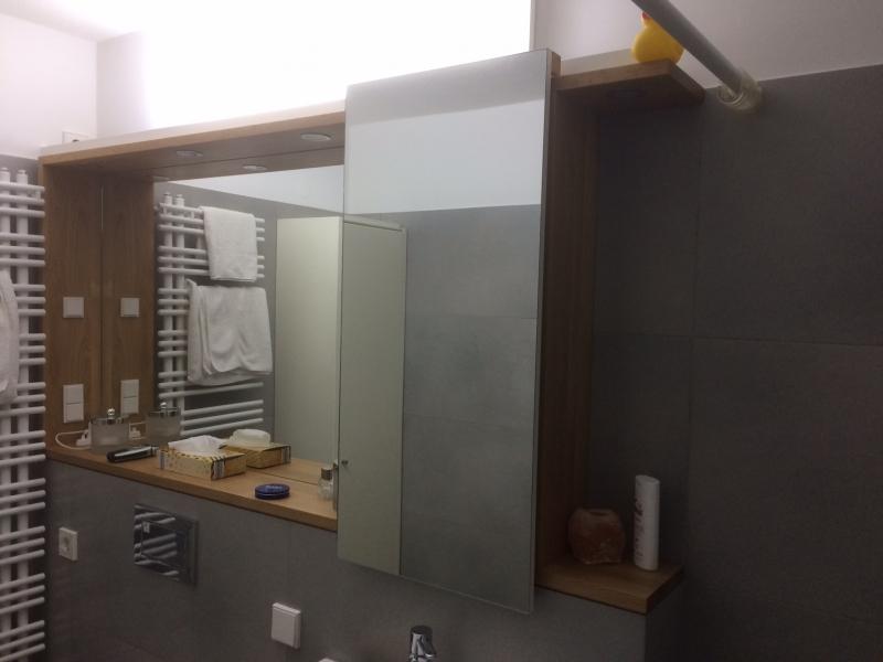 Spiegelschrank von rechts